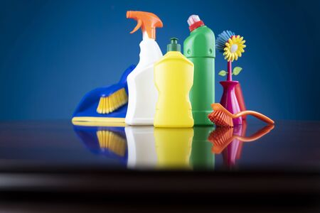 Spring house cleaning. Colorful cleaning kit on blue background. Banque d'images