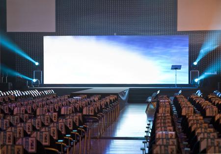 conferentieruimte met stoelen en een groot scherm Stockfoto