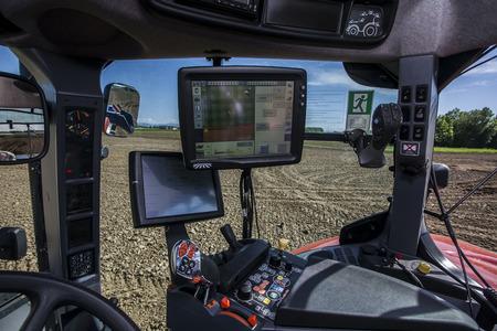 landbouwmachines op het landschap en de nieuwe technologieën Stockfoto