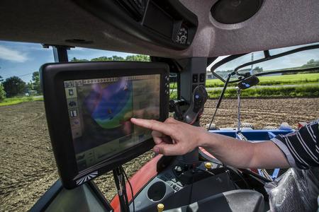Machines agricoles sur le paysage rural et les nouvelles technologies Banque d'images - 28995774