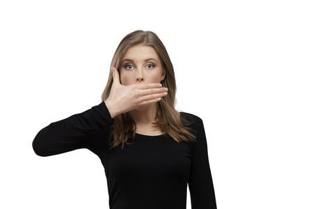 een meisje met de mond gesloten door de hand Stockfoto
