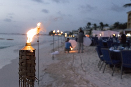 table set for dinner on the beach in miami Standard-Bild