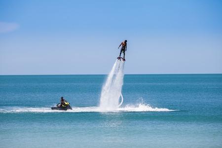 moto acuatica: hombre exibition en Flyboard en la playa de Tailandia Foto de archivo