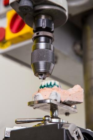 laboratorio dental: Laboratorio dental, pr�tesis de fabricaci�n, taladro en la acci�n Foto de archivo