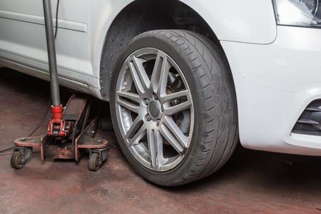 riparatore: gommista, il controllo degli pneumatici usurati per l'uso Archivio Fotografico
