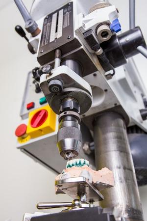 laboratorio dental: Laboratorio dental, fabricaci�n de pr�tesis dental, taladro en la acci�n Foto de archivo