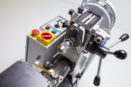 dental laboratory: Laboratorio dental, fabricaci�n de pr�tesis dental, taladro en la acci�n Foto de archivo