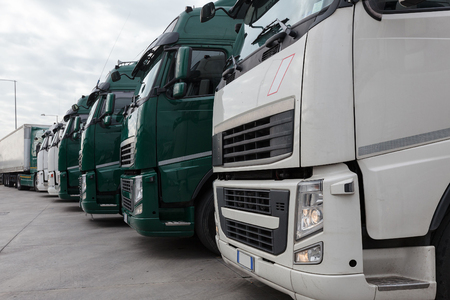 chofer: camión con remolque largo, transporte y logística Foto de archivo