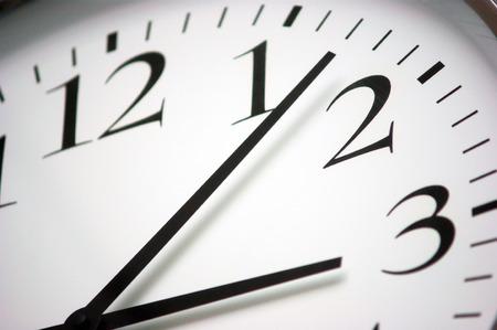 Close-up foto van een ronde zwarte en witte klok Eenvoudige schaal met minuten, uren en seconden