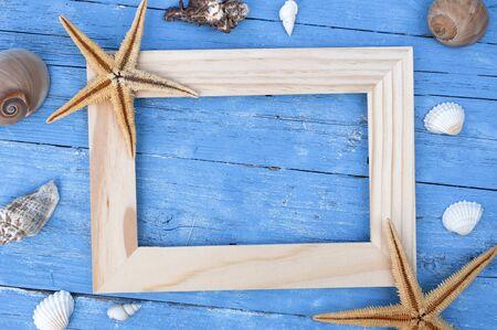 Maritime decoration with shells, starfish, sailing ship, fishing net on blue drift wood Stock fotó