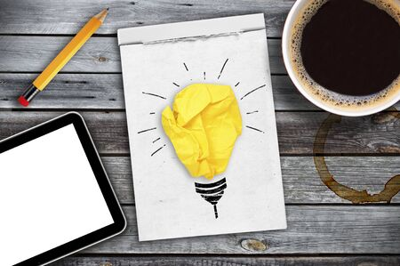 Inspiration concept crumpled paper light bulb metaphor for good idea Stockfoto