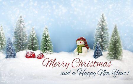 Abetos con nieve y copos de nieve Feliz Navidad