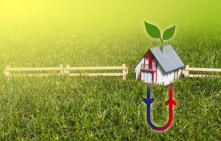 Huis met hermal verwarmingssysteem op weideveld Stockfoto