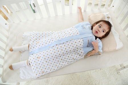 the little girl was lying in bed in her sleeping bag Stockfoto