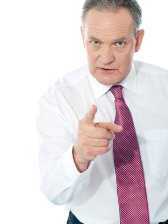 jefe enojado: Retrato de un hombre de negocios enojado de mediana edad en traje apuntando a usted aislados sobre fondo blanco
