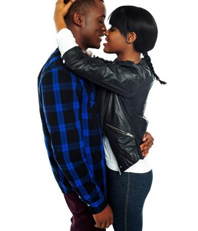 enamorados besandose: Foto de un joven y rom�ntico amor africano toma de par Foto de archivo