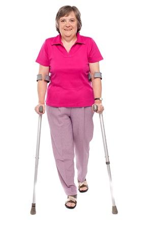 De volledige lengte portret van een gewonde senior vrouw geà ¯ soleerd op witte achtergrond Stockfoto