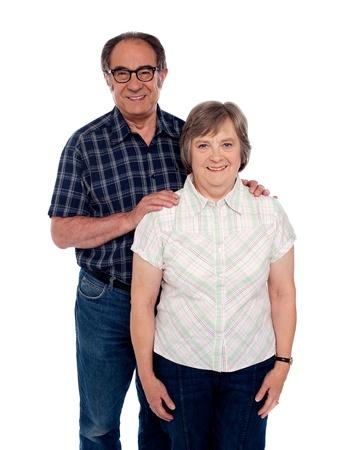 mujer de espaldas: Pares del amor envejecido posando con una sonrisa. Hombre manos apoyadas en la mujer desde atr�s