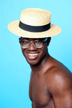 eye wear: Estudio de retrato de hombre joven sin camisa, con el sombrero y disparo de moda de gafas de Primer Foto de archivo