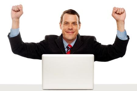 exitacion: Emocionado de negocios celebrar el éxito con los brazos levantados. Sentado en la fuente de la computadora portátil