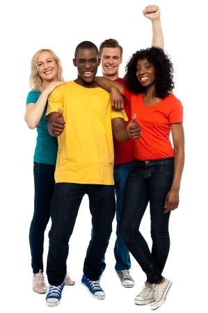 thumbs up group: Joyful giovane gruppo di amici, ripresa a figura intera