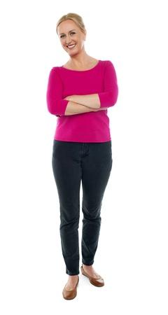 persona de pie: Retrato de cuerpo entero de la mujer de edad feliz posando con los brazos cruzados aislados en fondo blanco Foto de archivo
