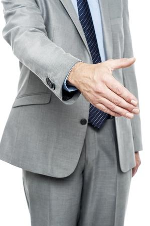 cerrando negocio: El hombre que ofrece apret�n de manos tras acuerdo de cierre de negocios. Imagen recortada