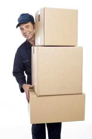 cajas de carton: Reubicaci�n de personal llevando cajas de cart�n aisladas sobre fondo blanco