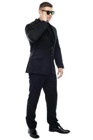 seguridad laboral: Tiro de longitud completa del personal de seguridad de escuchar cuidadosamente la informaci�n Foto de archivo
