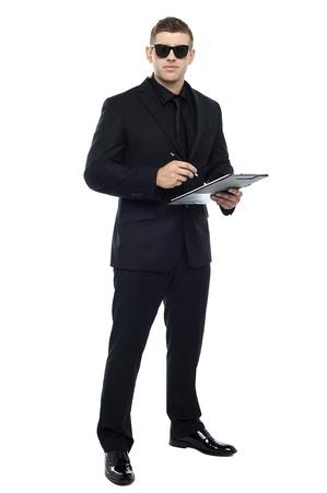 Männlich bouncer holding Zwischenablage vor weißem Hintergrund isoliert Standard-Bild