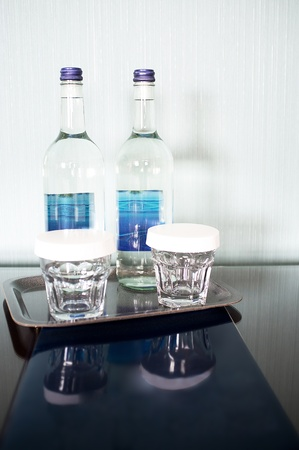 curare teneramente: Natura morta con bottiglie di vino e bicchieri. Il suo tempo di amare