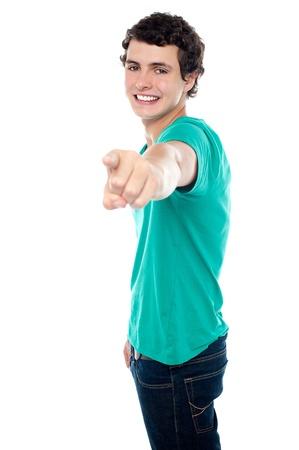jeune mec: Jeune homme vous montrant avec son bras gauche tendu. Le tout sur fond blanc