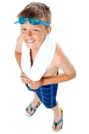 ni�o sin camisa: �ngulo superior completa longitud de tiro de un chico joven en traje de ba�o. Toalla alrededor de su cuello Foto de archivo