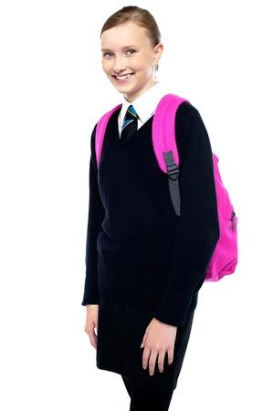 uniforme escolar: Casual tiro de una muchacha alegre en uniforme escolar Mochila para transporte.