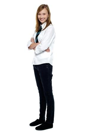 zapatos escolares: Confidente de secundaria ni�a posando con los brazos cruzados. Estudio integral tiro.