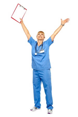 long shot: Lungo tiro di un medico esultante celebra il suo successo gettando le mani in aria. Archivio Fotografico