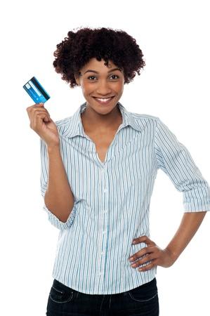 tarjeta de credito: Mujer bonita joven que muestra su tarjeta de cr�dito a la c�mara.