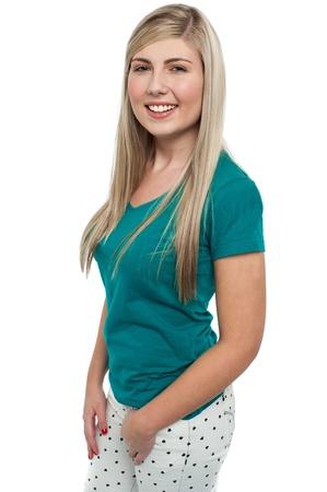 side profile: Lato, profilo, sorridente ragazza bionda guardando fotocamera. Archivio Fotografico