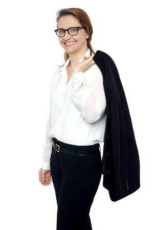 female boss: Erfolgreiche Chefin zu Fu� in Richtung der Versammlungshalle mit Mantel �ber die Schulter geworfen.