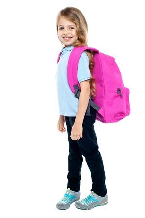 atender: Atractivo ni�o listo para asistir a la escuela. Aislado sobre fondo blanco.