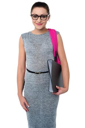 eye wear: Universidad chica llevaba gafas y posando con la mochila y archivos Foto de archivo