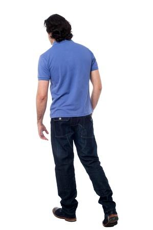 Vista posteriore di un uomo bello su sfondo bianco