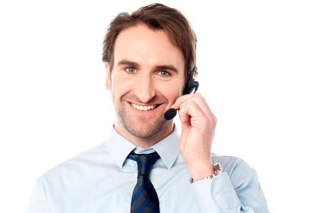 úspěšný: Pohledný muž výkonný nastavení mikrofonu Reklamní fotografie