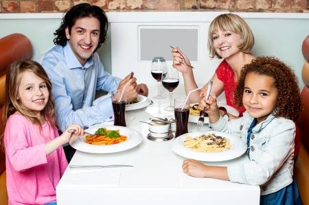 eten: Familie genieten van diner buiten op weekend Stockfoto