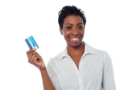 tarjeta de credito: Asistente femenina mostrando su tarjeta de d�bito Foto de archivo