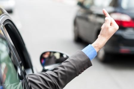 mittelfinger: Man zeigt Mittelfinger aus Autofenster B�se Geste