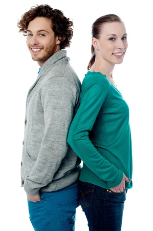 je�ne: Trendy jeune couple souriant posant dos � dos