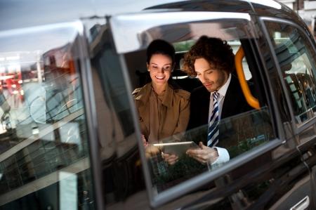 cab: La gente de negocios que viajan a la ciudad Foto de archivo
