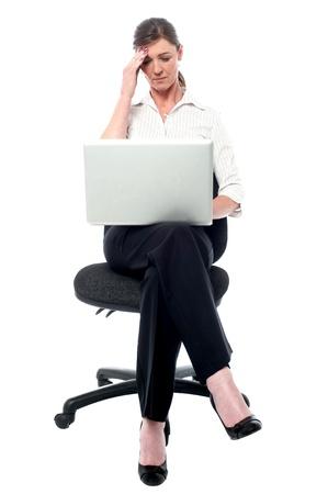 maldestro: Donna con la testa, ha fatto un errore goffo. Archivio Fotografico