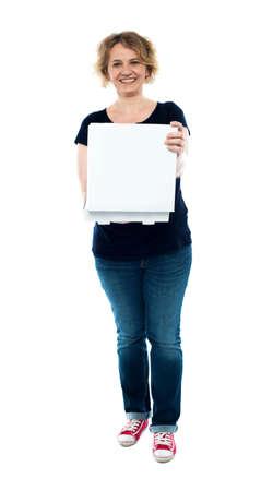 pizza box: Mujer de mediana edad casual la celebraci�n de caja de la pizza abierto Foto de archivo
